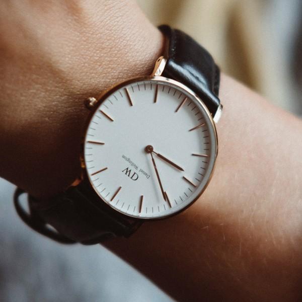 Uhr mit Kennzeichnung Versandkostenfrei und Hervorhebung